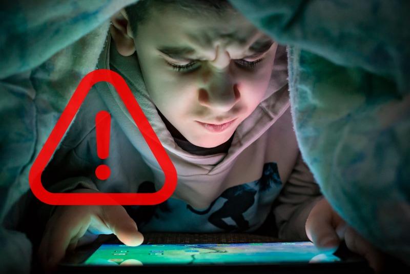 Budak tengok tablet dalam selimut alert