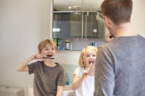 kanak-kanak berus gigi macam ayah