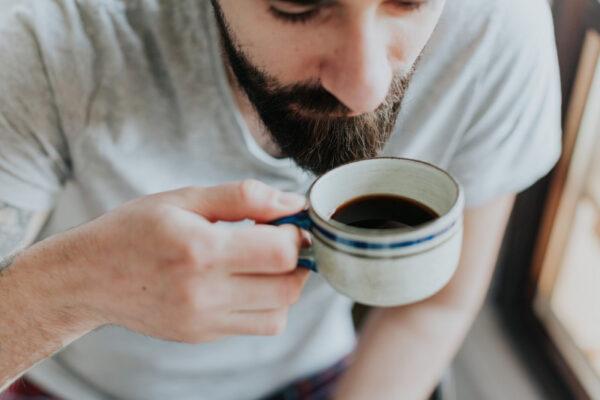 Lelaki sedang minum kopi pekat
