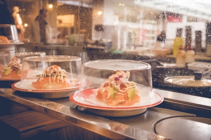 Sushi atas conveyor belt